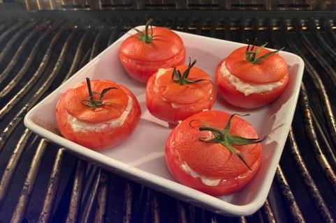 Tomaterne grilles nu i 30-45 minutter ved indirekte varme og 200 grader