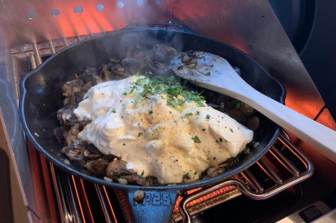 tilsæt creme fraice, timian, stek crust og steak seasoner