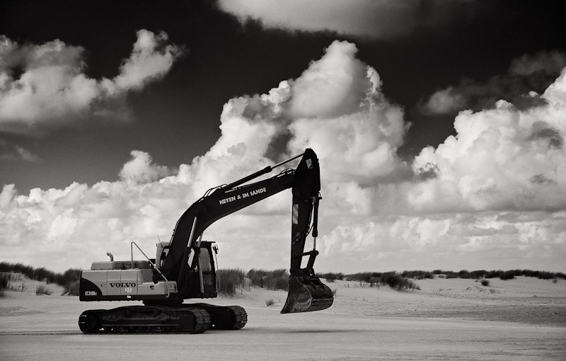 Dynamic range in social media and shovels versus excavators