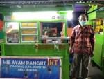 Amin Santo, pedagang mie pangsit yang berjualan di kawasan pasar kuliner.
