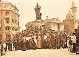 Soldati bulgari si germani, alaturi de civili, in Piata Ovidiu in anul 1917