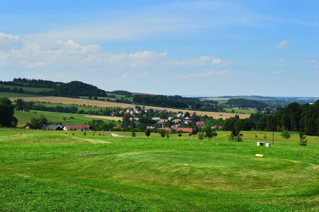 In apropiere: teren de golf. In departare: localitate din Cehia