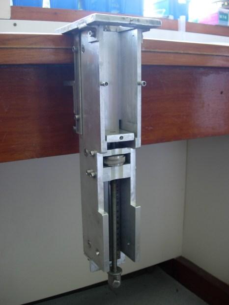 Custom-built fine slicer for peat samples