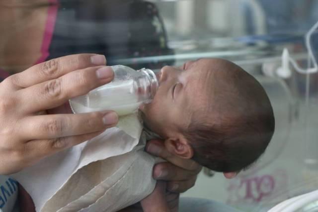 Imagen de un bebé prematuro recibiendo la leche.