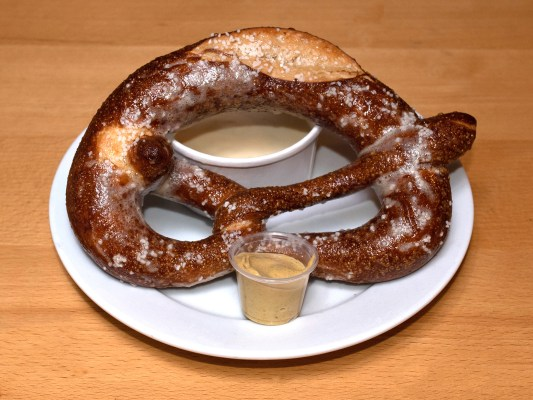 Pretzel with Cheese Sauce *