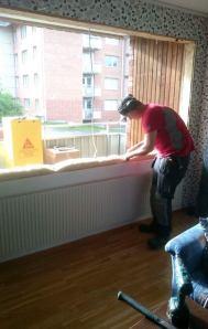 Emil smygar fönster.