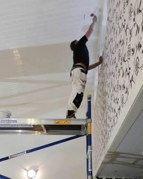 Josef Bohlin fick hedersuppdraget att vara högst upp och måla taket.