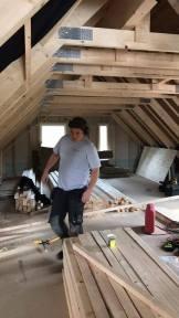 Vår snickare Emil arbetar med byggandet av övervåningen
