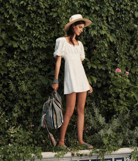 Chica con vestido blanco y un bolso wayuu