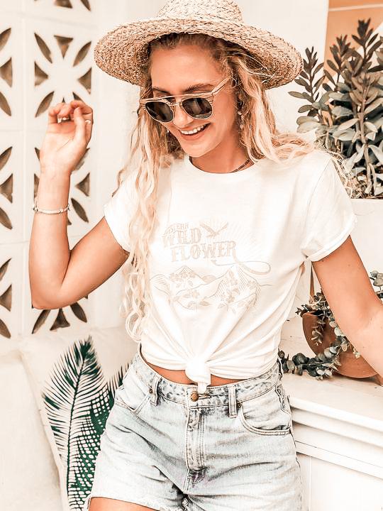 Chica vestida con camiseta y pantalones boho-2