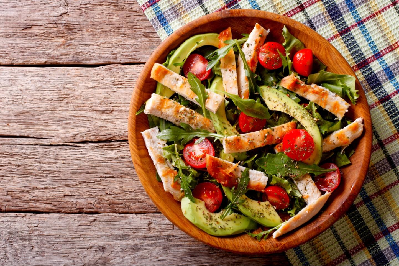 Ensalada de pollo con aguacate, rúcula y tomates
