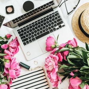 Macbook con flores y accesorios de moda