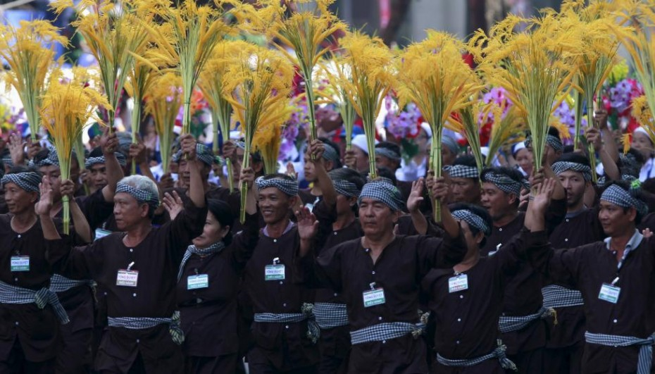 Vietnamese farmers march during a rehearsal for a military parade as part of the 40th anniversary of the fall of Saigon in southern Ho Chi Minh City, April 26, 2015. REUTERS/Kham