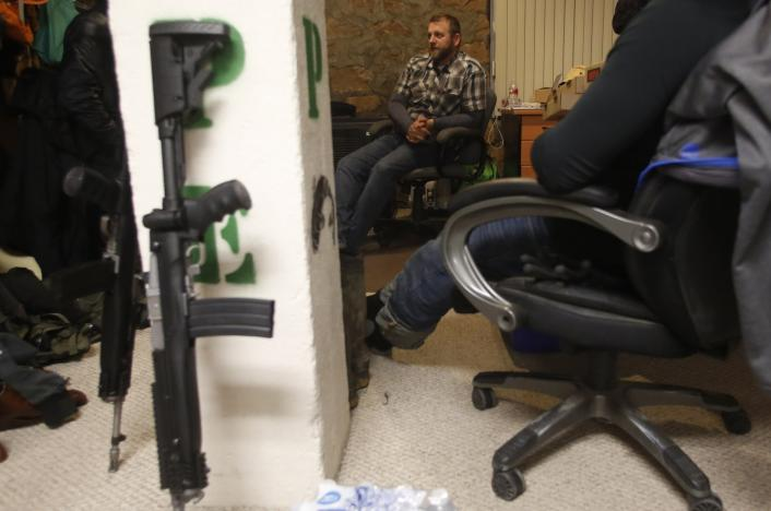 Ammon Bundy talks to occupiers in an office at the Malheur National Wildlife Refuge near Burns, Oregon, January 6, 2016. REUTERS/Jim Urquhart