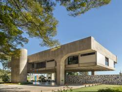 Photo by Edgard Cesar of brutalist building in Brasília