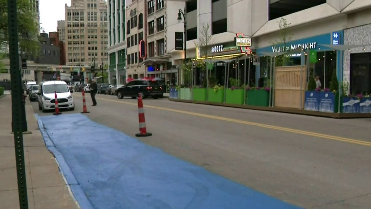Pizzeria owner paints thick blue line on street after customers get unfair $150 parking tickets | Boing Boing