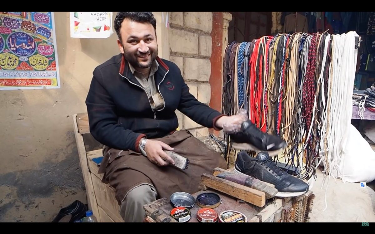 Check out the difference between a 20-cent shoeshine and a $2 dollar shoeshine in Pakistan | Boing Boing