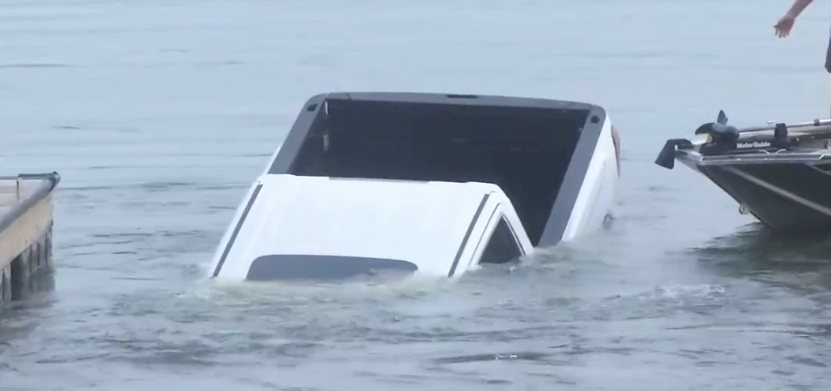 Watch: TV reporter doesn't realize a truck is sinking into the lake behind him   Boing Boing