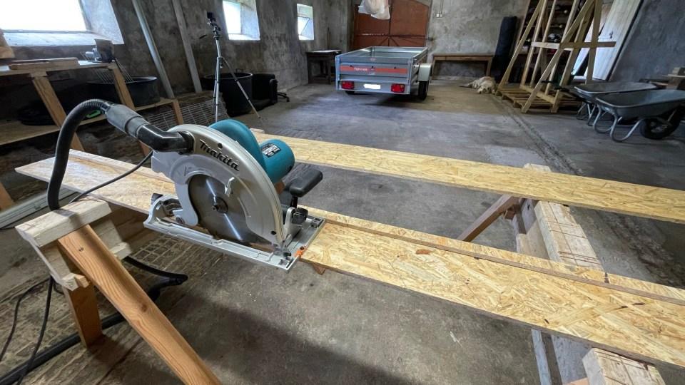 Rail de guidage pour scie circulaire à capot basculant