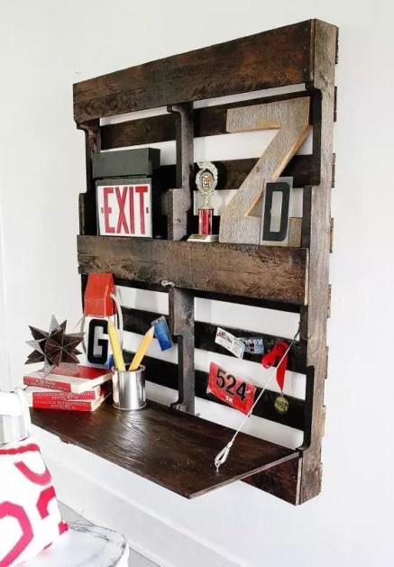 Bureau DIY avec une palette fixé au mur