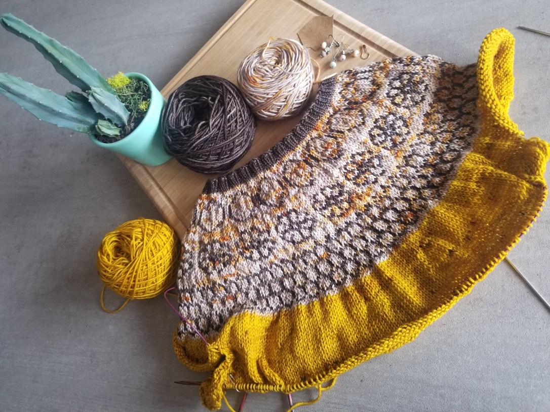 Après quelques heures de tricot, apparaissent hexagones, fleurs et casiers de ruche