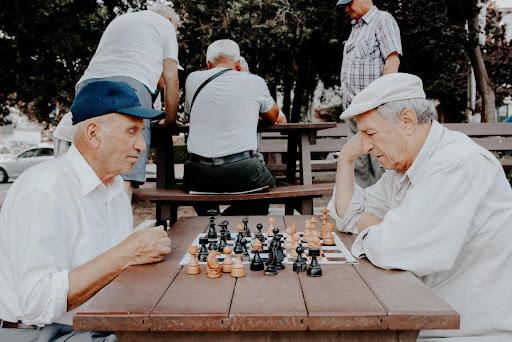 Personnes âgées jouant aux échecs