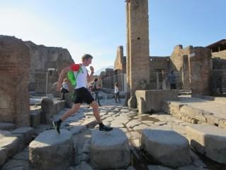 V Rimskih časih so ceste služile kot kanalizacija. Zato so pešci prečkali ceste prek kamnov.