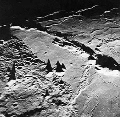 Dolge sence na Luni v bližini terinatorja (http://www.faculty.virginia.edu/rwoclass/astr1210/im/peak-shadows-ex.jpg)