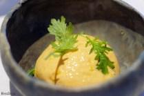 Espuma de escabeche de mejillones, con base de judía verde cortada muy fina, ralladura de limón y brotes de La Huerta de las Flores