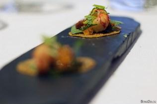 Guiso de cangrejo con base de tosta, tomate, albahaca, huevas de trucha y la cola del cangrejo