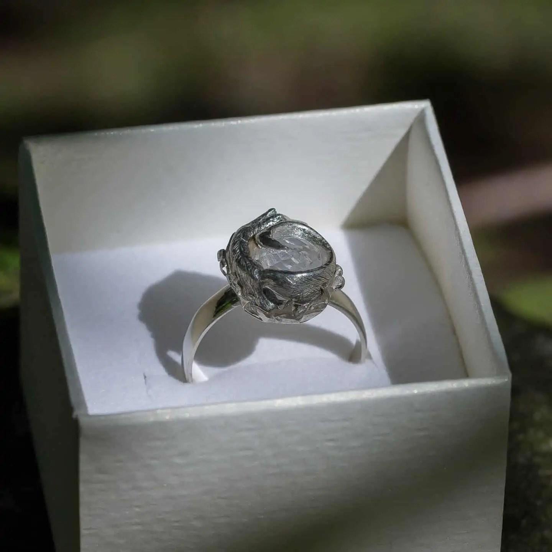 Jak zrobić zdjęcie biżuterii - opakowanie i pierścionek