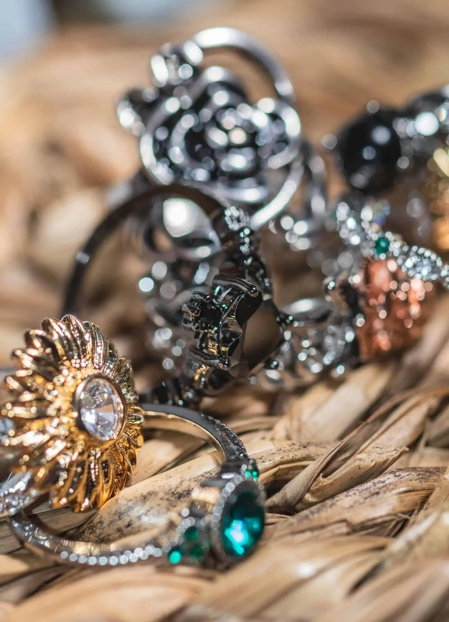 Fotografia produktowa w domu zbiór biżuterii i czarne pierścionki - refleksy czarna biżuteria