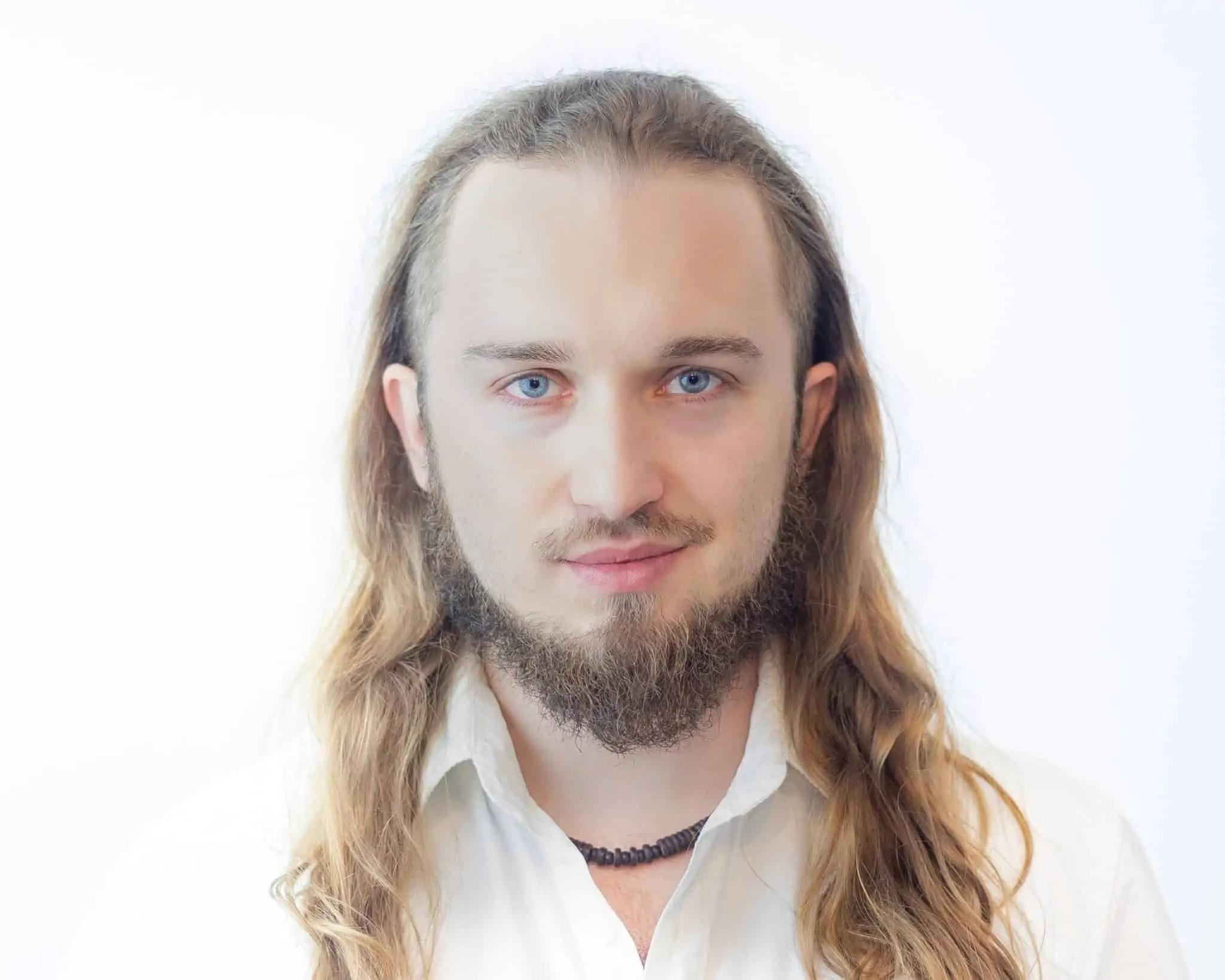 Biały portret Piotr Kowalski typ high key photography 1 pp scaled - Biały portret na białym tle