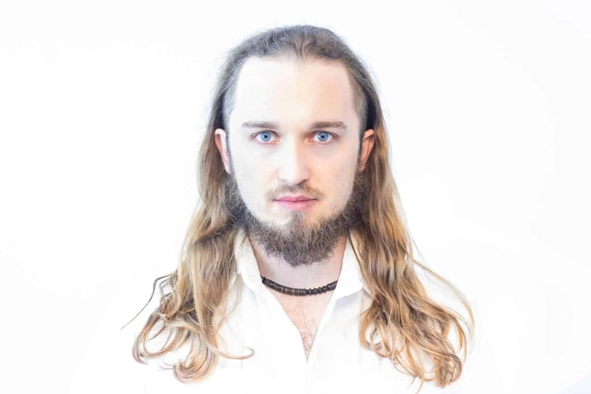 Biały portret Piotr Kowalski typ high key photography 6 normal pp scaled - Biały portret na białym tle