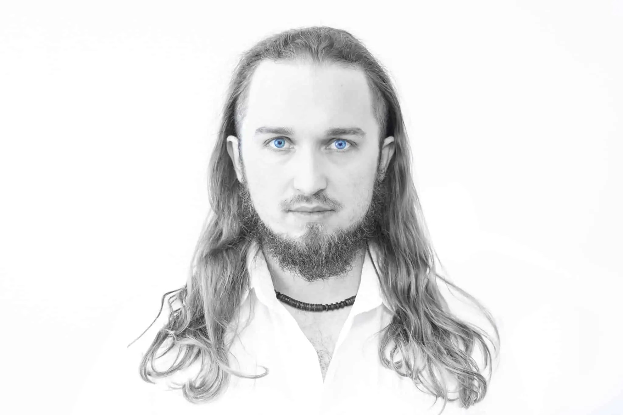 Biały portret niebieskie oczy 1 scaled - Biały portret na białym tle