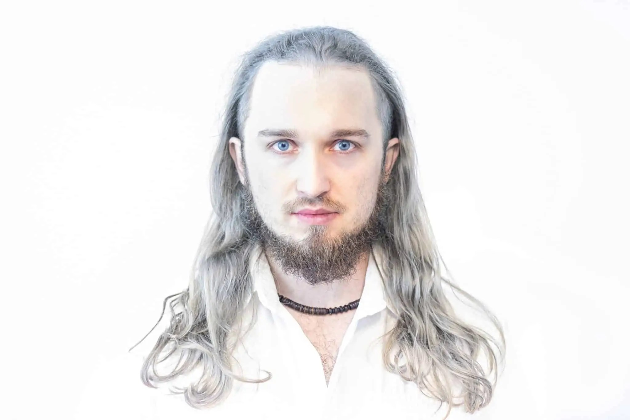 Biały portret wiedźmin Kowcio scaled - Biały portret na białym tle