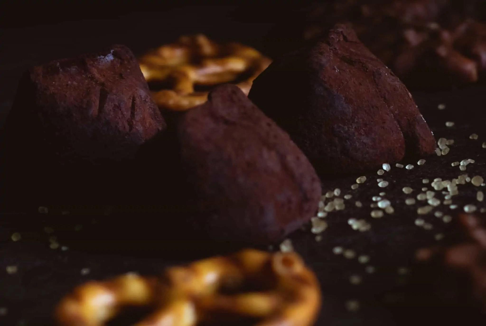 Czarna fotografia jedzenia czekolada precelki i ciastka 11 scaled - Czarna fotografia jedzenia