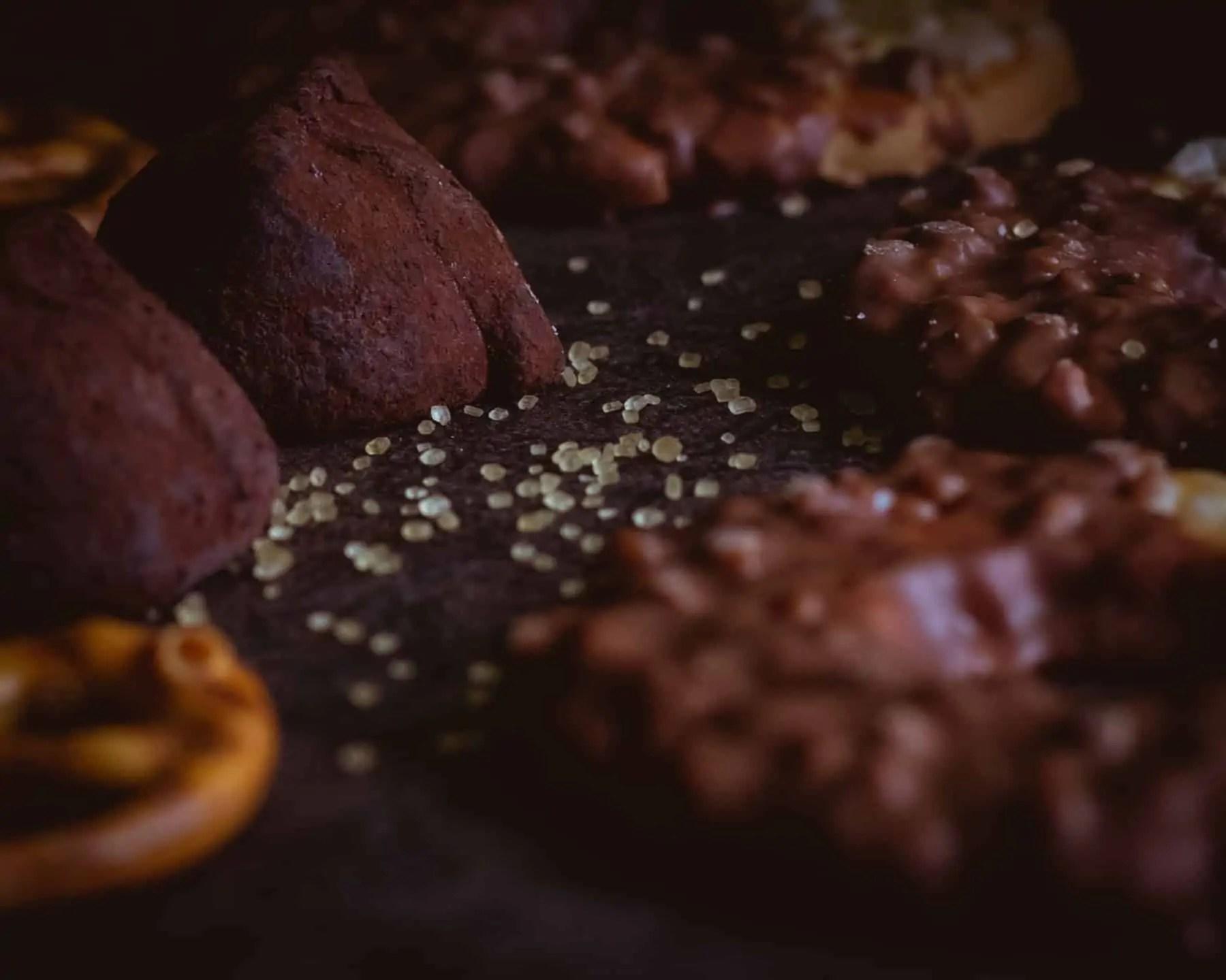 Czarna fotografia jedzenia czekolada precelki i ciastka 12 - Czarna fotografia jedzenia