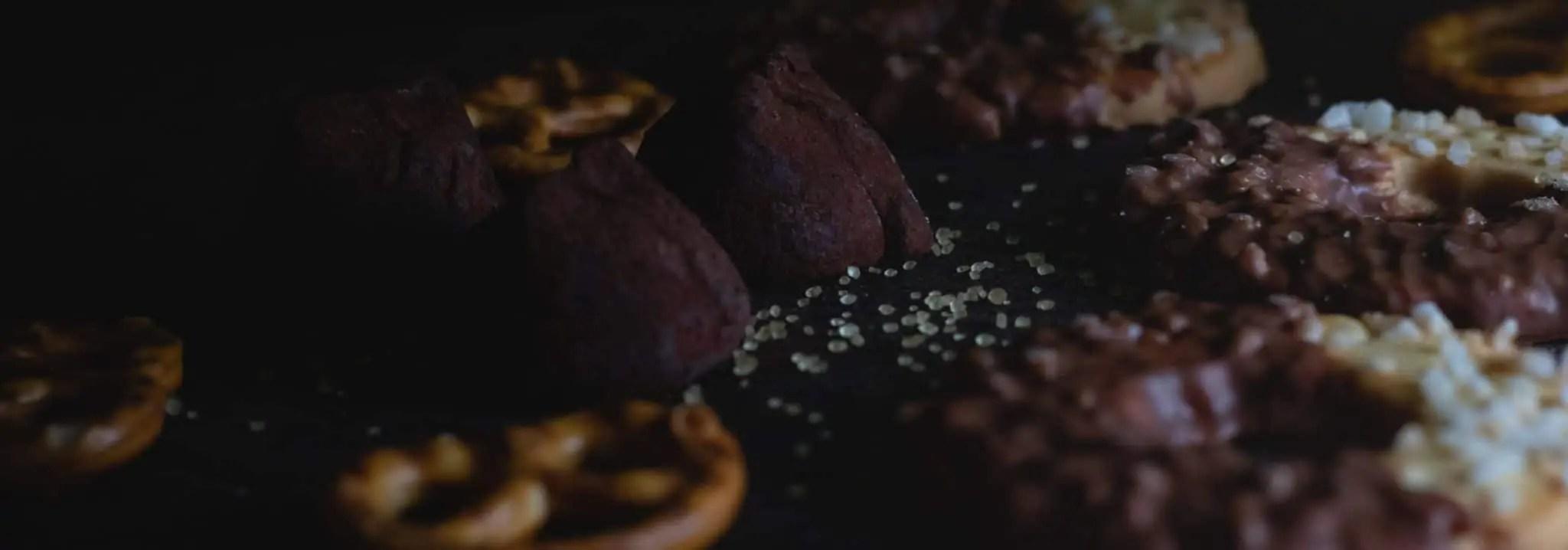 Czarna fotografia jedzenia czekolada precelki i ciastka 13 scaled - Czarna fotografia jedzenia
