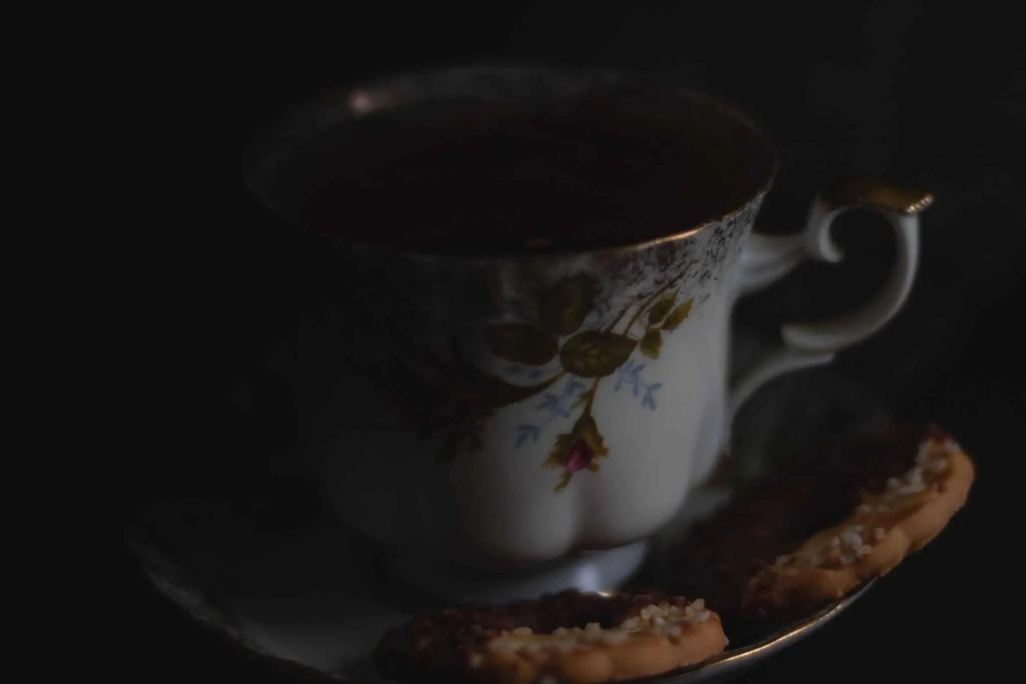 Czarna fotografia jedzenia czekolada precelki i ciastka 16 scaled - Czarna fotografia jedzenia