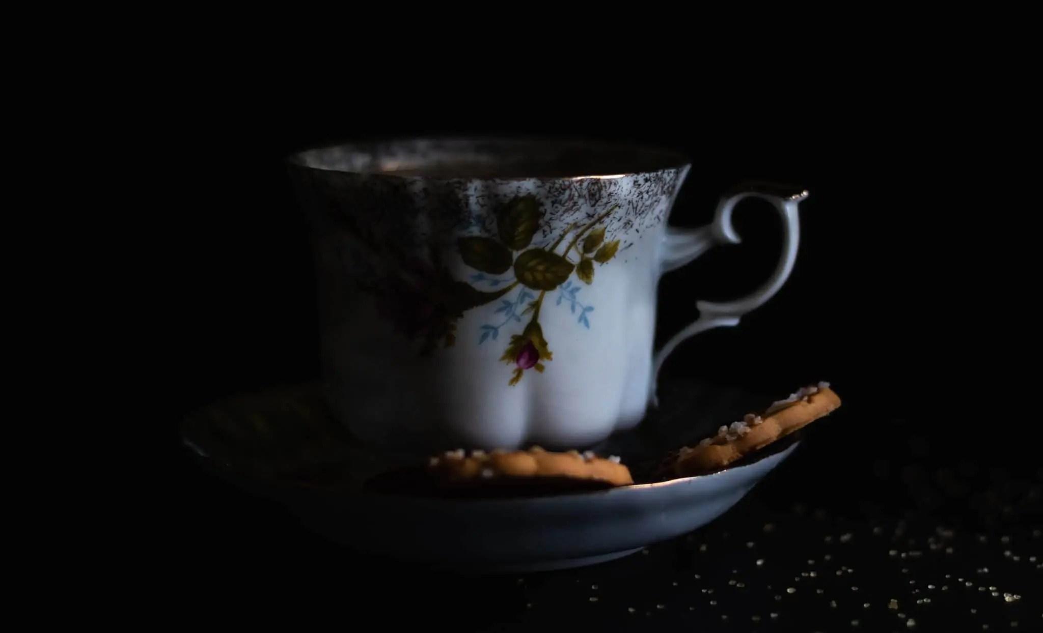 Czarna fotografia jedzenia czekolada precelki i ciastka 20 scaled - Czarna fotografia jedzenia