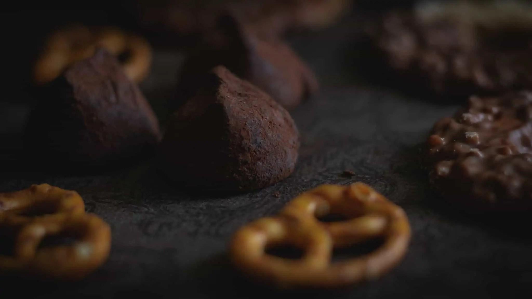 Czarna fotografia jedzenia czekolada precelki i ciastka 4 scaled - Czarna fotografia jedzenia