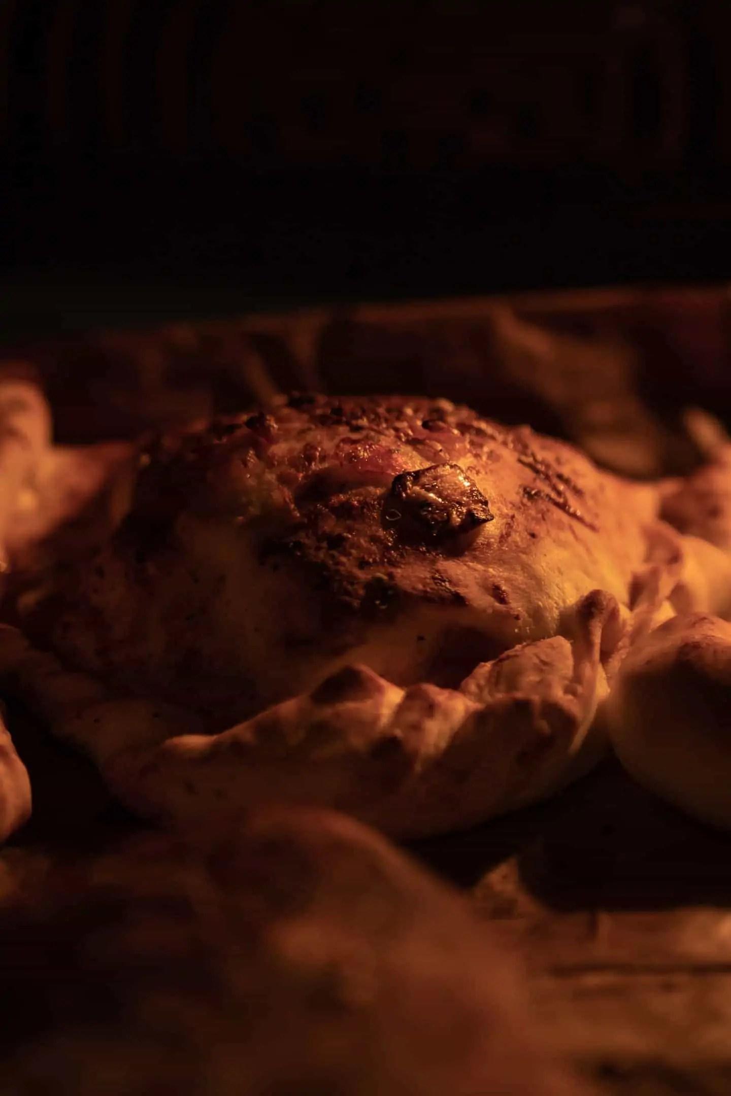 Calzone Polskie pieczone pierogi fotografia jedzenia makro ciemna fotografia produktowa 12 - Czarna fotografia produktowa