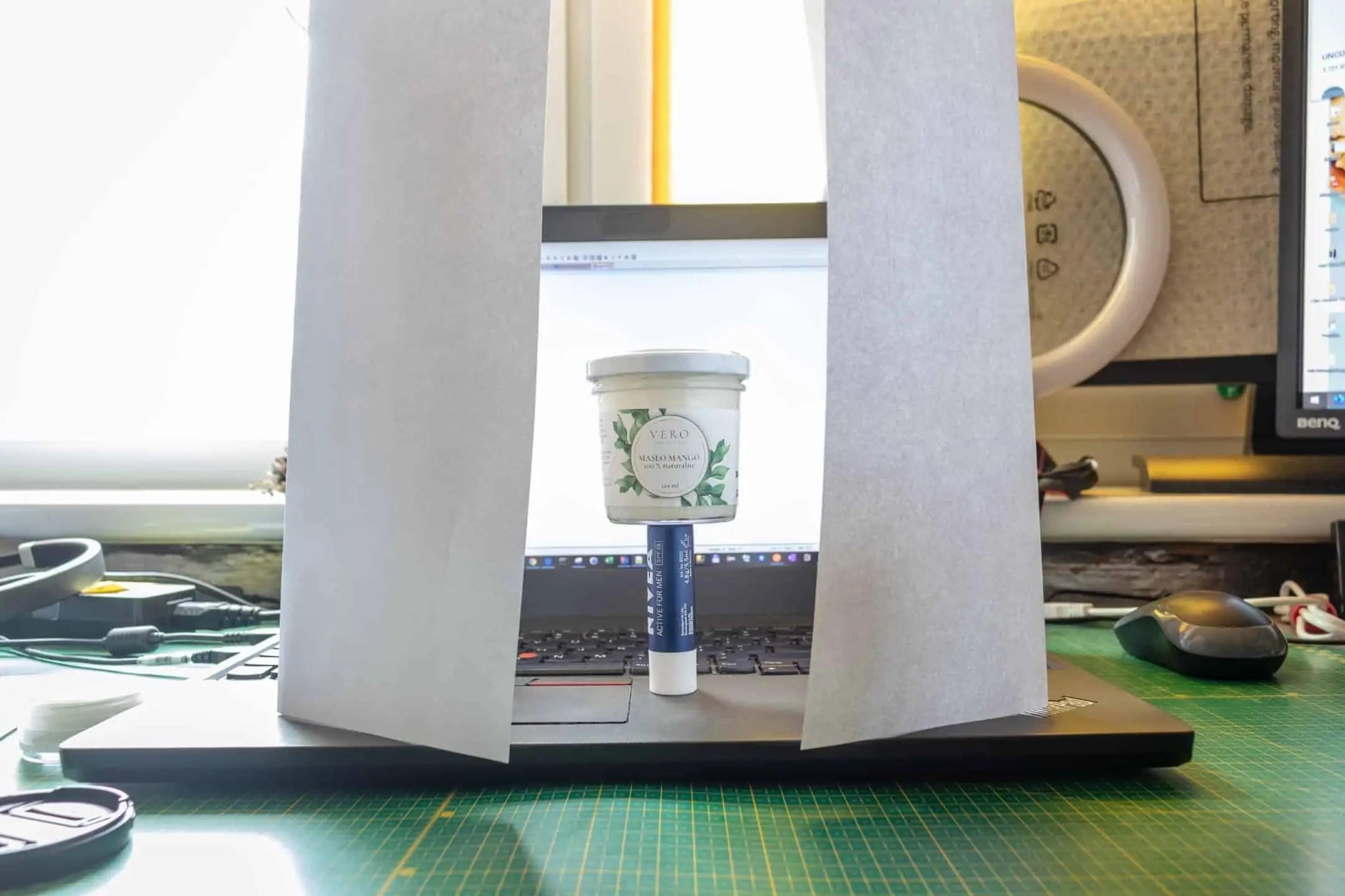 Jak zrobic jasne tlo do zdjec z laptopa - Jasna fotografia produktowa typu high key 7 kroków