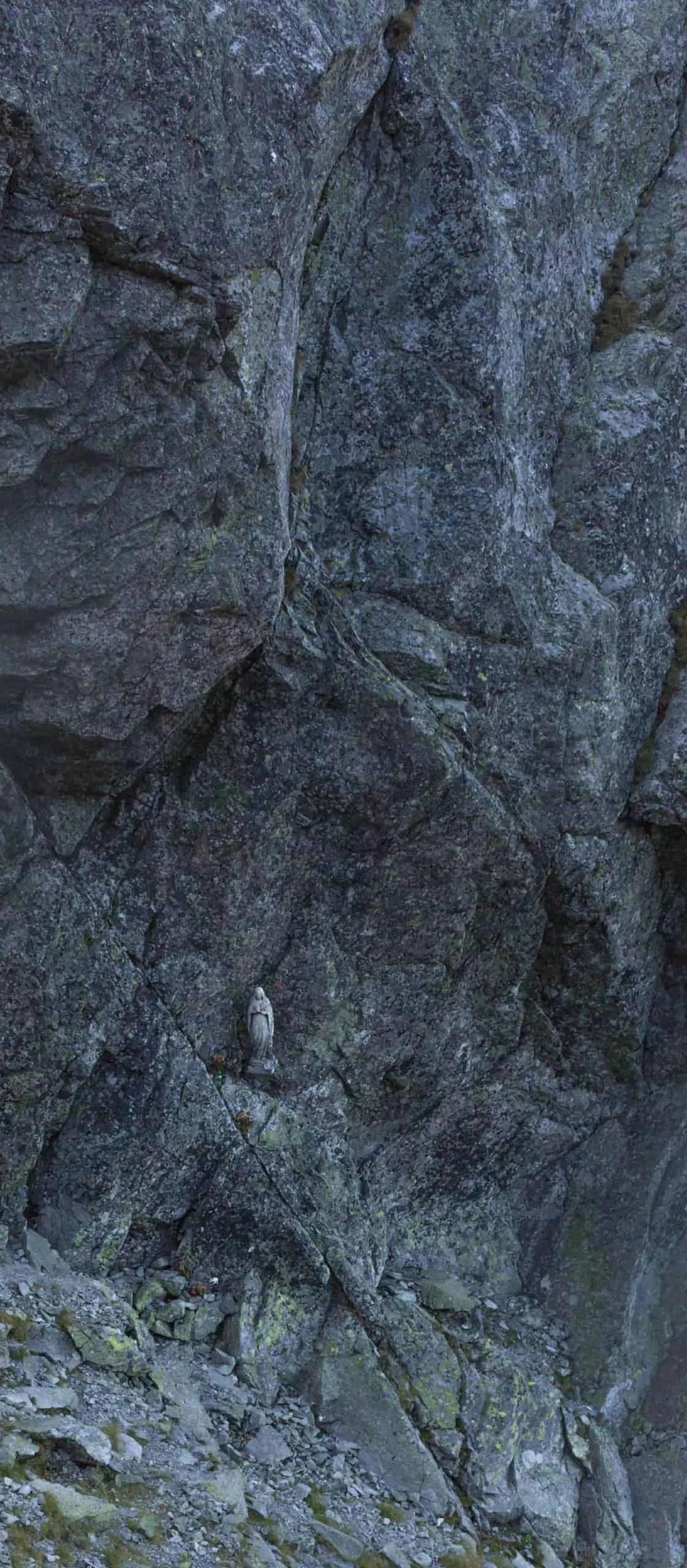 Kapliczka w surowych gorach to zdecydowanie powazne emocje w fotografii - Fotografie do druku