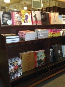 Solide hyller med plass til store bøker