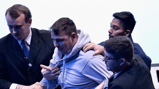 [Fotos] Fã placado ao tenta invadir a meia-final entre Djokovic e Nishikori