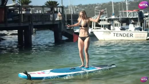 [VÍDEO] Caroline Wozniacki foi ao paddle e mostra corpo em forma