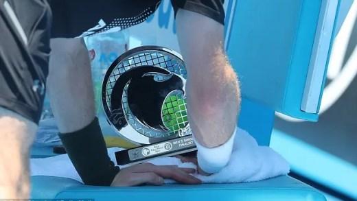 [Fotos] Murray levou o troféu de Doha para os treinos na Austrália para se lembrar que perdeu a final