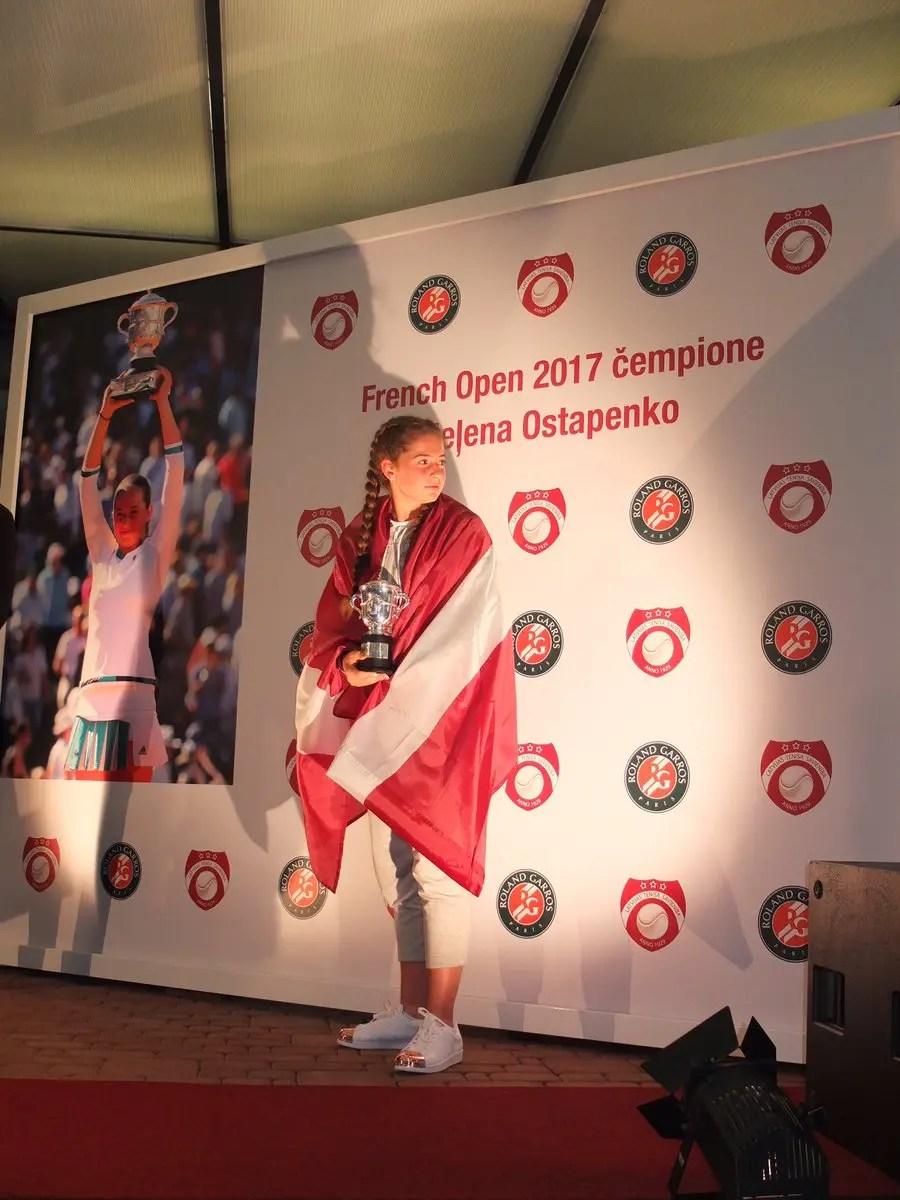 Ostapenko vence Wozniacki e garante meias-finais em Roland Garros